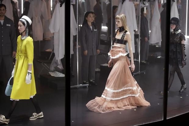 """Gucci bá đạo đến thế là cùng: """"Trưng bày"""" người mẫu trong lồng kính quay tròn khổng lồ, thay đồ ngay trên sân khấu - Ảnh 7."""