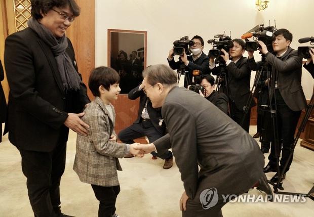 Dàn sao Ký sinh trùng gây bão khi diện kiến Tổng thống Hàn tại Nhà Xanh, sao nhí điển trai đến mức chiếm trọn spotlight - Ảnh 5.