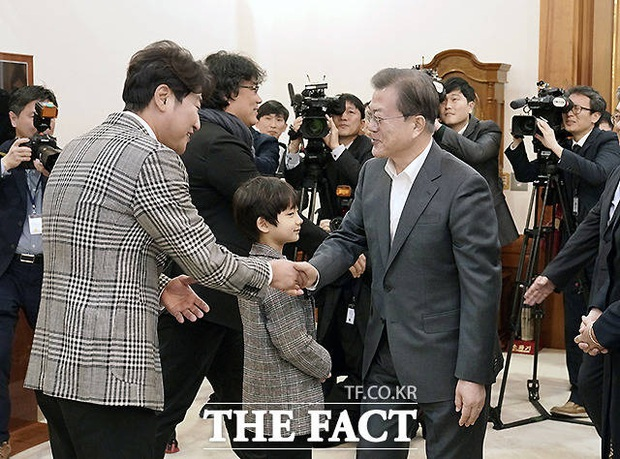 Dàn sao Ký sinh trùng gây bão khi diện kiến Tổng thống Hàn tại Nhà Xanh, sao nhí điển trai đến mức chiếm trọn spotlight - Ảnh 2.