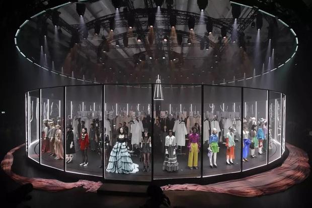 """Gucci bá đạo đến thế là cùng: """"Trưng bày"""" người mẫu trong lồng kính quay tròn khổng lồ, thay đồ ngay trên sân khấu - Ảnh 1."""