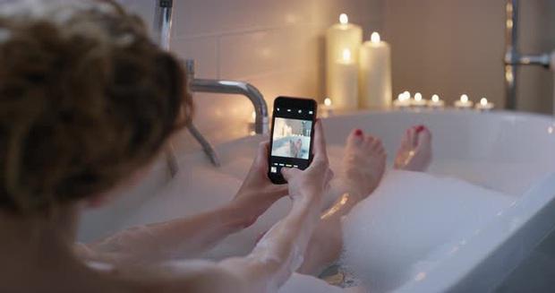 Lại có thêm một trường hợp tử vong khi đang tắm chỉ vì thói quen mà nhiều người trẻ vẫn hay làm - Ảnh 2.