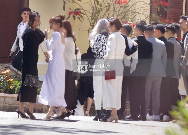 Binz, Soobin Hoàng Sơn và hội gentleman Vbiz xuất hiện cực điển trai trong đám cưới Tóc Tiên và Hoàng Touliver - Ảnh 4.