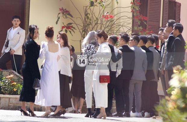 Binz, Soobin Hoàng Sơn và hội gentleman Vbiz xuất hiện cực điển trai trong đám cưới Tóc Tiên và Hoàng Touliver - Ảnh 5.