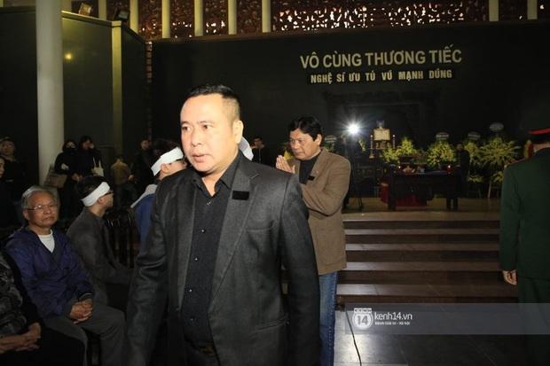 Xuân Bắc, Thanh Lam cùng dàn nghệ sĩ Việt không giấu được nỗi buồn, bật khóc trong tang lễ NSƯT Vũ Mạnh Dũng - Ảnh 13.