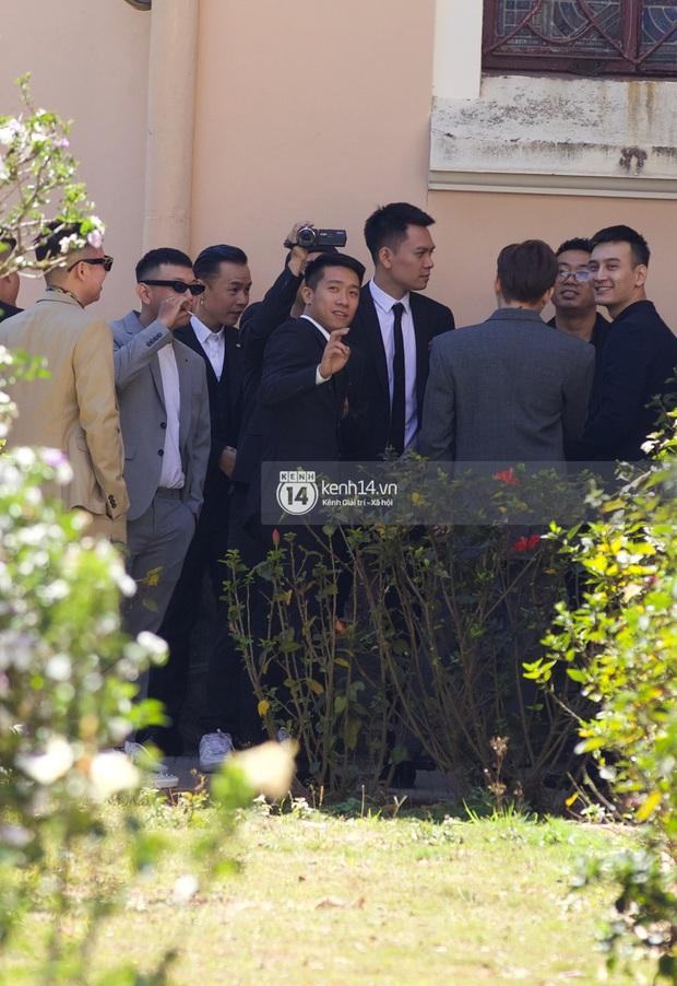Binz, Soobin Hoàng Sơn và hội gentleman Vbiz xuất hiện cực điển trai trong đám cưới Tóc Tiên và Hoàng Touliver - Ảnh 7.