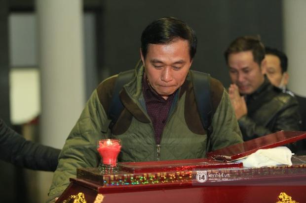 Xuân Bắc, Thanh Lam cùng dàn nghệ sĩ Việt không giấu được nỗi buồn, bật khóc trong tang lễ NSƯT Vũ Mạnh Dũng - Ảnh 10.