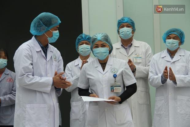 Mẹ và em gái nữ công nhân trở về từ Vũ Hán được xuất viện sau 15 ngày điều trị COVID-19: Thấy bảo mọi người nói con ghê quá, tôi chỉ biết động viên gia đình cố gắng vượt lên - Ảnh 6.