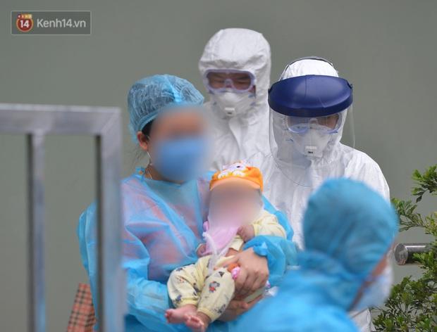 Chùm ảnh: Hành trình 9 ngày điều trị thành công cho bệnh nhi nhỏ tuổi nhất Việt Nam nhiễm COVID-19 - Ảnh 8.