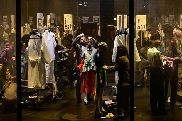 """Gucci bá đạo đến thế là cùng: """"Trưng bày"""" người mẫu trong lồng kính quay tròn khổng lồ, thay đồ ngay trên sân khấu - Ảnh 4."""