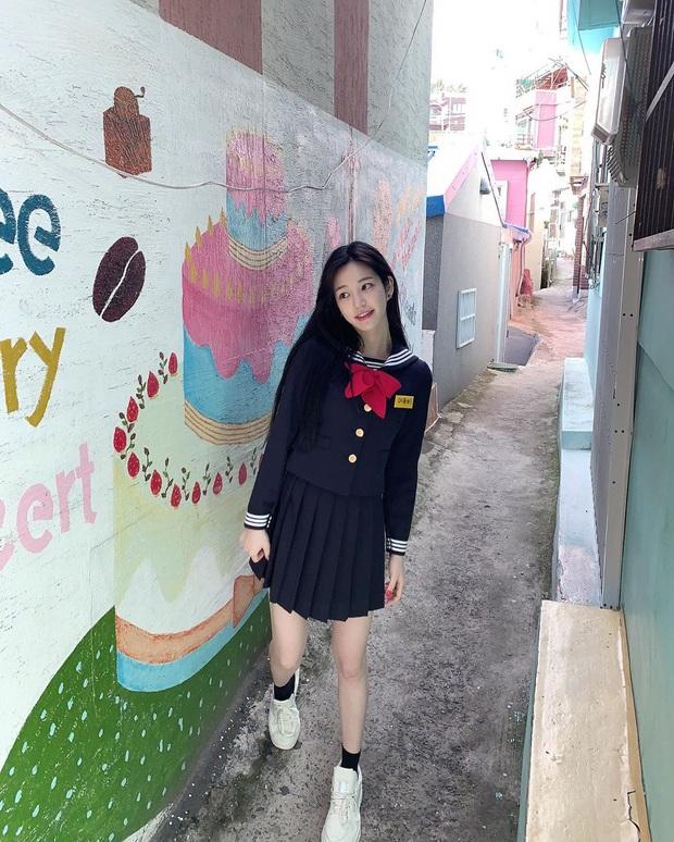 Ái nữ nhà Mama Chuê diện đồng phục gây choáng: Em gái Song Joong Ki nay đã 30 tuổi nhưng sao như học sinh thế này? - Ảnh 4.