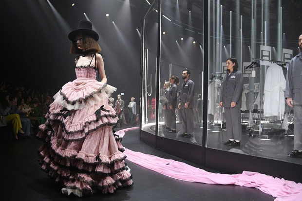 """Gucci bá đạo đến thế là cùng: """"Trưng bày"""" người mẫu trong lồng kính quay tròn khổng lồ, thay đồ ngay trên sân khấu - Ảnh 6."""