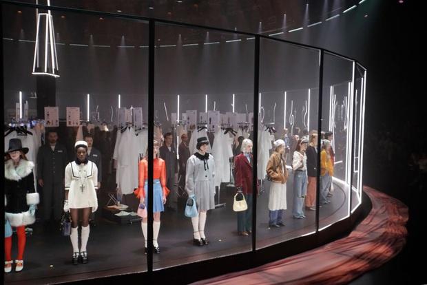 """Gucci bá đạo đến thế là cùng: """"Trưng bày"""" người mẫu trong lồng kính quay tròn khổng lồ, thay đồ ngay trên sân khấu - Ảnh 5."""