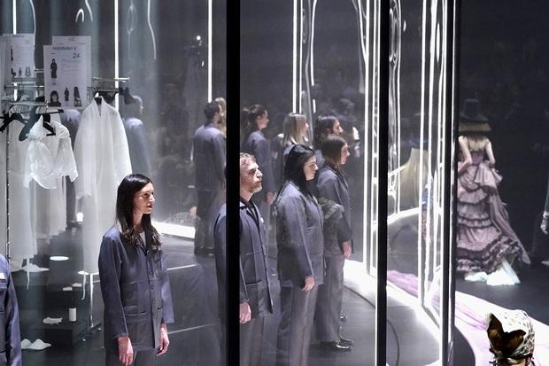 """Gucci bá đạo đến thế là cùng: """"Trưng bày"""" người mẫu trong lồng kính quay tròn khổng lồ, thay đồ ngay trên sân khấu - Ảnh 8."""