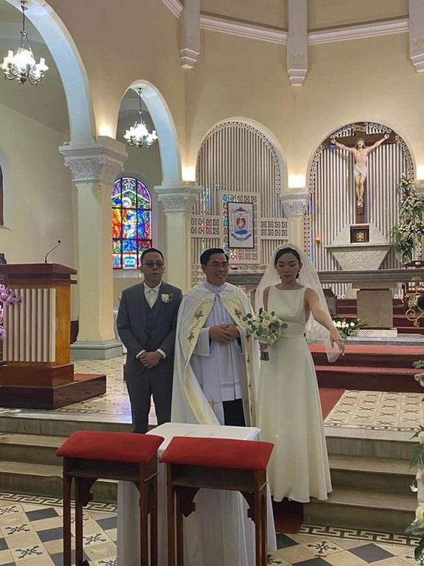 Ngắm 2 bộ váy cưới mới thấy ngưỡng mộ gu thời trang của Tóc Tiên, chiếc nào cũng tinh giản nhưng xinh, sang và gợi cảm quá đỗi - Ảnh 1.