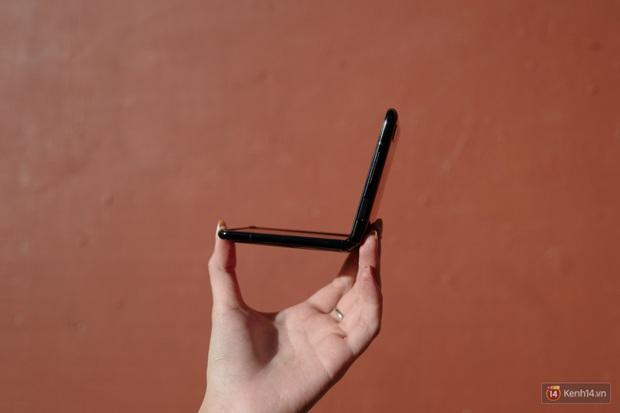 Thử làm vlog bằng Galaxy Z Flip, thế mới biết hộp phấn này đa tài đến cỡ nào - Ảnh 1.
