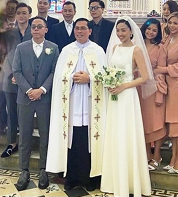 Ngắm 2 bộ váy cưới mới thấy ngưỡng mộ gu thời trang của Tóc Tiên, chiếc nào cũng tinh giản nhưng xinh, sang và gợi cảm quá đỗi - Ảnh 2.