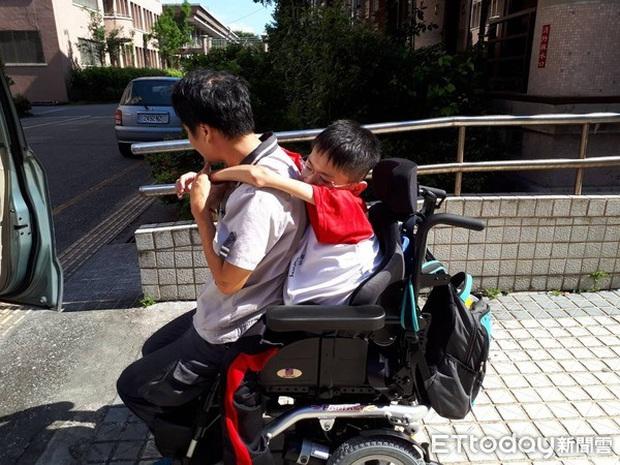Xúc động chuyện nam sinh bại liệt vẫn quyết tâm đi học mỗi ngày, qua đời trong lúc ngủ trước ngày nhận bằng tốt nghiệp - Ảnh 1.