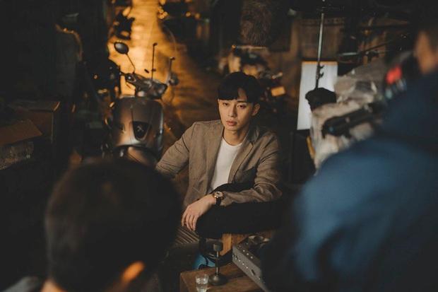Ở Parasite Park Seo Joon biệt tăm sau khi khoe đi du học, vậy mà đến Tầng Lớp Itaewon vừa mở mắt đã thành tù nhân, ủa? - Ảnh 2.