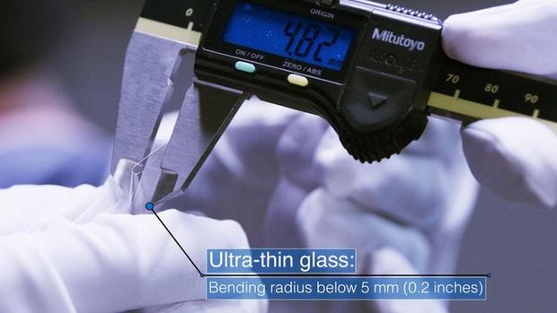 Bí mật đằng sau màn hình của Galaxy Z Flip: có phá vỡ quy tắc vật lý khi kính lại có thể gập và bẻ cong? - Ảnh 5.