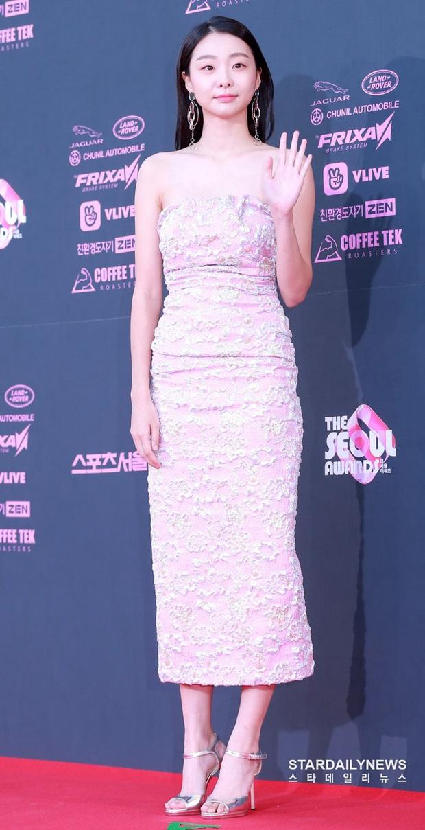 Ngất lịm loạt ảnh nữ quái Kim Da Mi đi thảm đỏ Oscar Hàn: Body nóng bỏng, chân dài 1m7 hóa ra bị Park Seo Joon dìm - Ảnh 9.