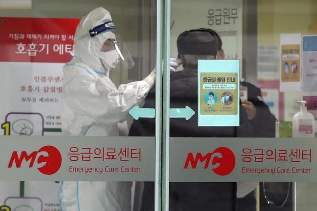 Hàn Quốc ghi nhận ca tử vong đầu tiên do nhiễm virus corona - Ảnh 1.