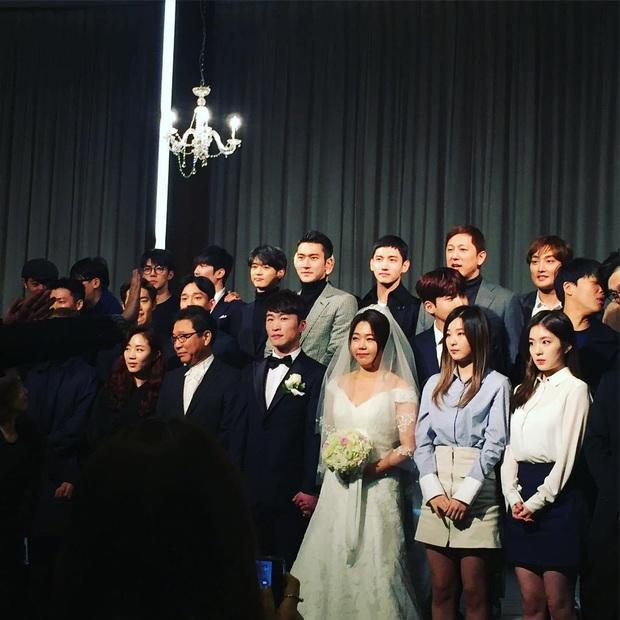 Style lên đồ đi ăn cưới của sao Hàn: Người bị chê vô duyên lố bịch, người lại được khen tới tấp đáng học hỏi - Ảnh 5.