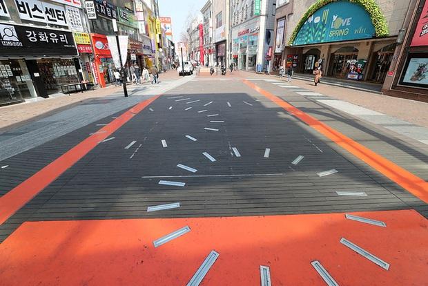 Thành phố Daegu vắng lặng đìu hiu sau khi trở thành tâm dịch lớn nhất Hàn Quốc, Seoul cấm tụ tập đông người để ngăn virus corona lây lan - Ảnh 3.