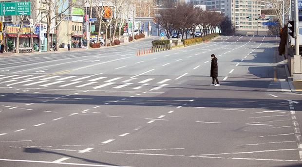 Thành phố Daegu vắng lặng đìu hiu sau khi trở thành tâm dịch lớn nhất Hàn Quốc, Seoul cấm tụ tập đông người để ngăn virus corona lây lan - Ảnh 1.