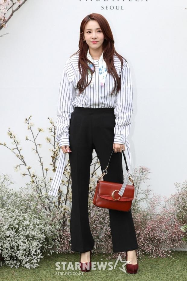 Style lên đồ đi ăn cưới của sao Hàn: Người bị chê vô duyên lố bịch, người lại được khen tới tấp đáng học hỏi - Ảnh 10.