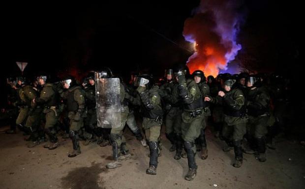 Phản đối người từ Vũ Hán về, dân làng Ukraine chặn đường, ném đá vỡ cửa kính xe chở đoàn cách ly - Ảnh 1.