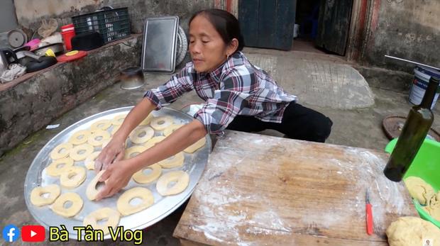Nghe bà Tân Vlog bảo làm bánh đơ-lút thì thách ai đoán được là gì, hoá ra là món ăn vặt quen thuộc mà nhiều bạn trẻ yêu thích - Ảnh 5.
