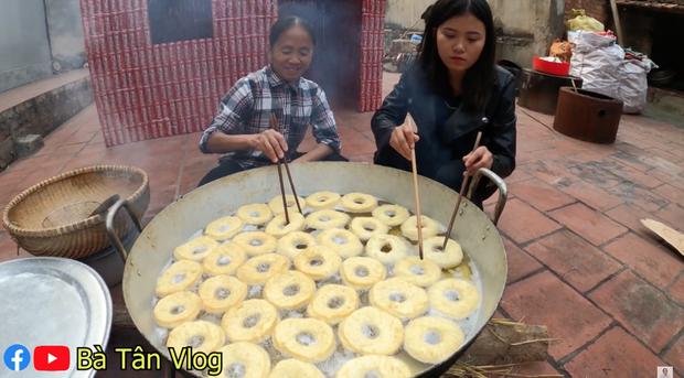 Nghe bà Tân Vlog bảo làm bánh đơ-lút thì thách ai đoán được là gì, hoá ra là món ăn vặt quen thuộc mà nhiều bạn trẻ yêu thích - Ảnh 6.