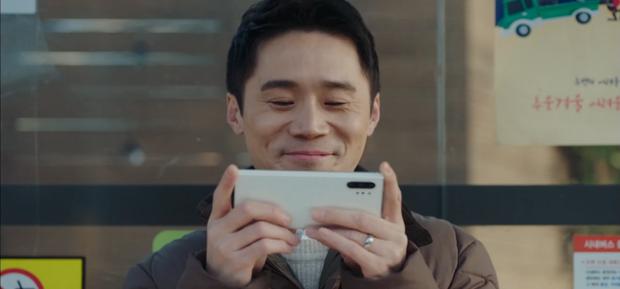 Hội tài phiệt Crash Landing on You và mọi nhân vật phụ đều dùng smartphone y hệt nhau: Một sự trùng hợp không hề nhẹ... - Ảnh 13.