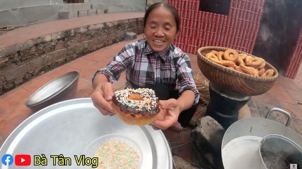 Nghe bà Tân Vlog bảo làm bánh đơ-lút thì thách ai đoán được là gì, hoá ra là món ăn vặt quen thuộc mà nhiều bạn trẻ yêu thích - Ảnh 7.