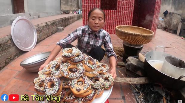 Nghe bà Tân Vlog bảo làm bánh đơ-lút thì thách ai đoán được là gì, hoá ra là món ăn vặt quen thuộc mà nhiều bạn trẻ yêu thích - Ảnh 8.