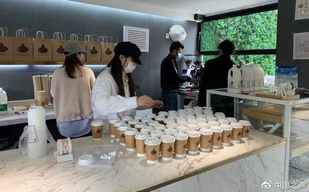 Được cả nước ủng hộ tới tấp vì miễn phí cho y bác sĩ, quán cà phê Vũ Hán phải kêu gọi ngưng gửi tiền - Ảnh 2.