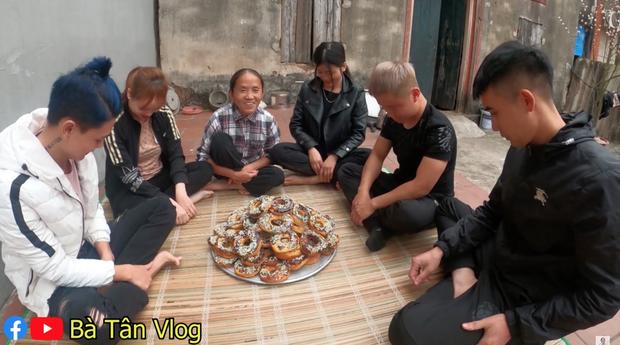 Nghe bà Tân Vlog bảo làm bánh đơ-lút thì thách ai đoán được là gì, hoá ra là món ăn vặt quen thuộc mà nhiều bạn trẻ yêu thích - Ảnh 9.