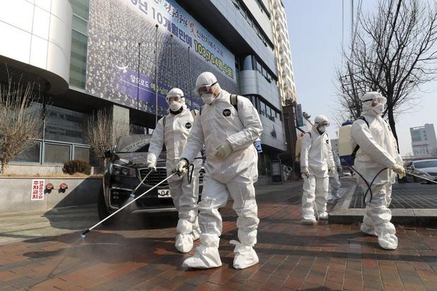 Cập nhật virus corona: Số ca nhiễm tăng trở lại ở Trung Quốc nhưng lần đầu tiên hơn 2000 người được xuất viện, Nhật Bản và Hàn Quốc diễn biến phức tạp - Ảnh 1.