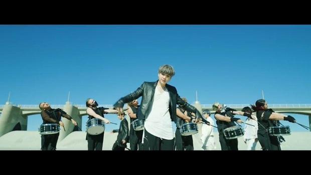 Choáng ngợp với màn tái xuất của BTS: visual và giai điệu cực đỉnh nhưng vũ đạo đông dân cùng cả trăm vũ công mới làm fan khó thở! - Ảnh 9.