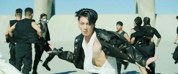 BTS khiến cả thế giới dậy sóng vì comeback, nhưng netizen chỉ dán mắt vào màn lộ hàng của em út Jungkook - Ảnh 3.