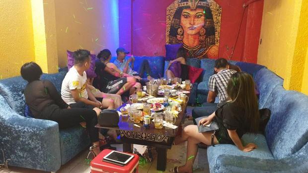 Bắt quả tang nữ tiếp viên bán dâm cho khách với giá 2 triệu đồng/lượt ở nhà hàng trung tâm Sài Gòn - Ảnh 2.