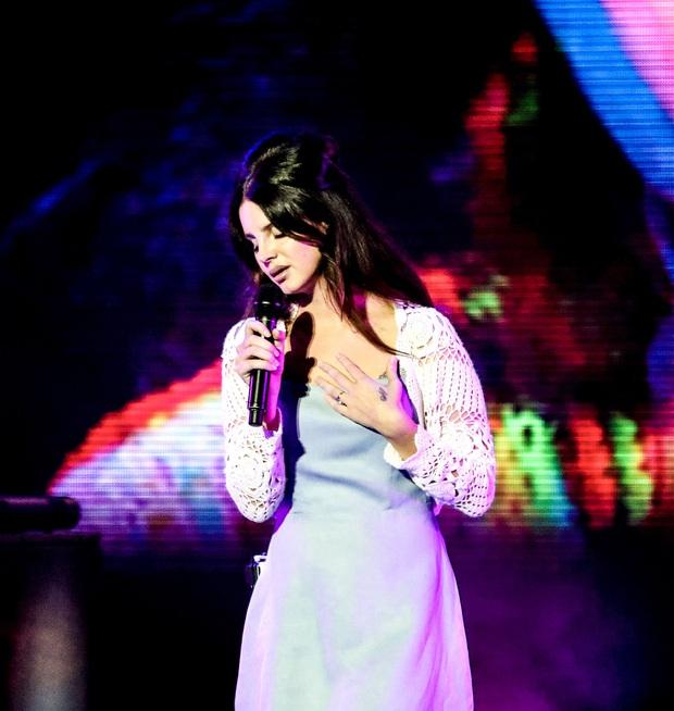 Lana Del Rey hủy toàn bộ 8 đêm lưu diễn vì mất giọng, nhưng fan lại kháo nhau nguyên nhân thực sự là do chia tay bố đường? - Ảnh 1.