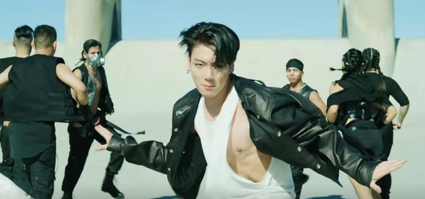 Jungkook, Jimin khoe body với chiếc áo hờ hững, tattoo cùng thần thái dữ dội của V tranh nhau chiếm trọn spotlight trong MV comeback đầu tiên của BTS! - Ảnh 2.