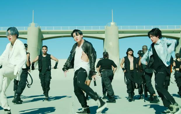 BTS khiến cả thế giới dậy sóng vì comeback, nhưng netizen chỉ dán mắt vào màn lộ hàng của em út Jungkook - Ảnh 2.