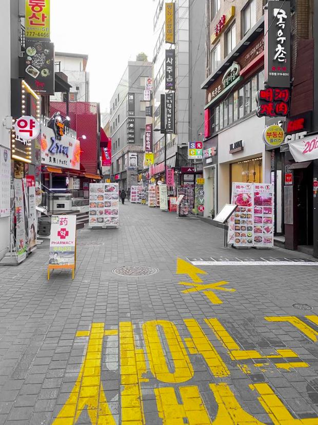 Đi Hàn Quốc đúng lúc dịch virus Corona bùng phát, BB Trần ghi lại được quang cảnh vắng vẻ hiếm thấy ở con phố đông đúc bậc nhất Seoul - Ảnh 4.