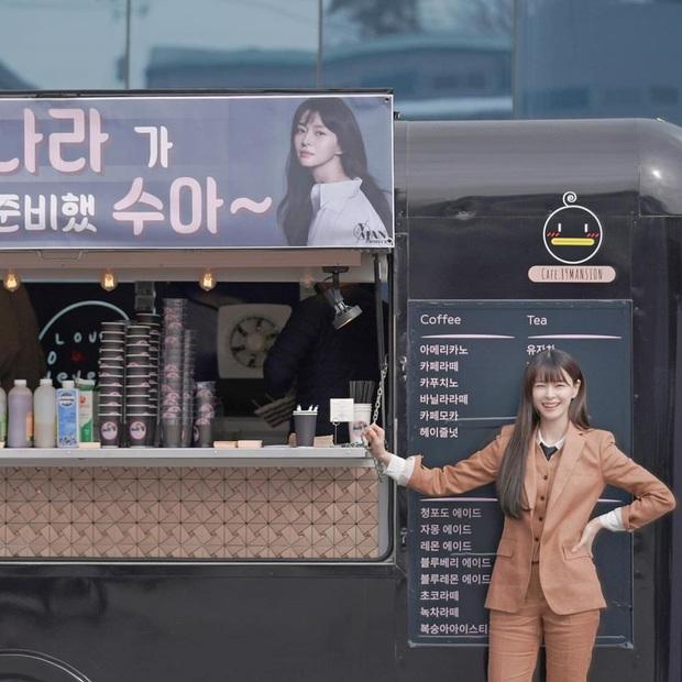 Chiếc xe đồ ăn Kwon Nara mới được tặng trên phim trường Tầng Lớp Itaewon càng khơi dậy đồn tình ái với nam thần Lee Jong Suk hơn - Ảnh 1.