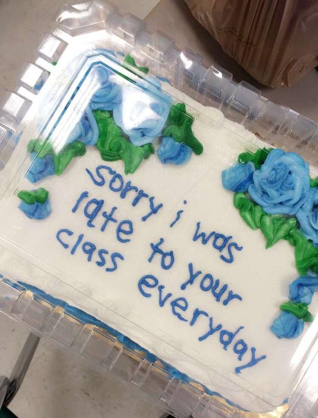Đi học muộn quá nhiều, cô học sinh tặng thầy giáo chiếc bánh kem viết một dòng chữ đặc biệt để tạ lỗi khiến thầy không nói nên lời - Ảnh 2.