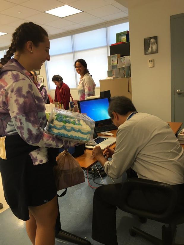 Đi học muộn quá nhiều, cô học sinh tặng thầy giáo chiếc bánh kem viết một dòng chữ đặc biệt để tạ lỗi khiến thầy không nói nên lời - Ảnh 1.