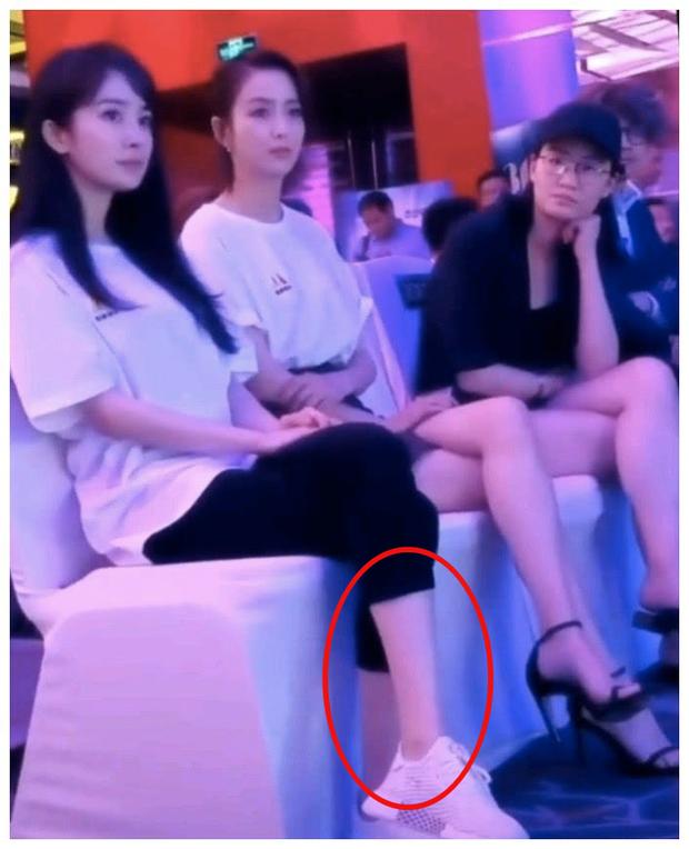 Bức ảnh so sánh gây sốt: Dương Mịch 1m67 ngồi cạnh Đồng Lệ Á 1m66 nhưng độ dài đôi chân mới khiến Cnet choáng - Ảnh 3.