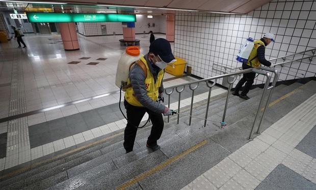 Thành phố Daegu vắng lặng đìu hiu sau khi trở thành tâm dịch lớn nhất Hàn Quốc, Seoul cấm tụ tập đông người để ngăn virus corona lây lan - Ảnh 10.